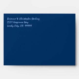 La invitación de los azules marinos envuelve el sobre