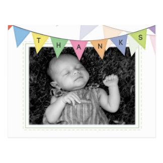 La invitación del nacimiento del bebé le agradece  postales