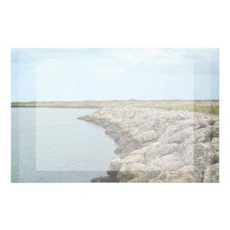 la isla curvada de la barrera de la roca en la papeleria