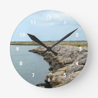 la isla curvada de la barrera de la roca en la reloj redondo mediano
