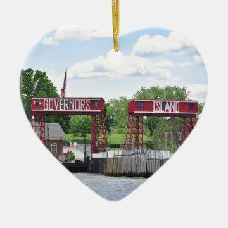 La isla del gobernador adorno navideño de cerámica en forma de corazón