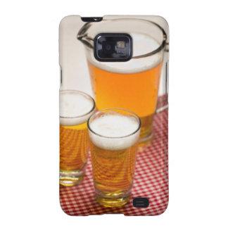 La jarra de cerveza y de dos vidrios llenó de la c samsung galaxy SII carcasa