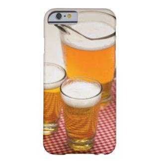La jarra de cerveza y de dos vidrios llenó de la funda de iPhone 6 barely there