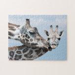La jirafa de la madre besa su becerro rompecabezas