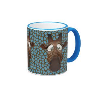 La jirafa linda hace frente a la taza animal azul