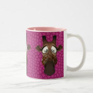 La jirafa linda hace frente a la taza animal rosad