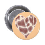 La jirafa mancha el modelo en botones de una forma pin