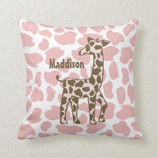La jirafa mancha rosa y a Brown Cojines