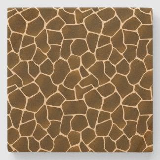 La jirafa salvaje del estilo mancha el estampado posavasos de piedra