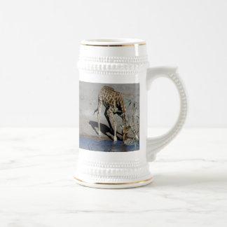 La jirafa y la cebra en el agujero de riego jarra de cerveza