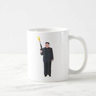 La Jong-O.N.U de risa de Kim que enciende un arma Taza De Café
