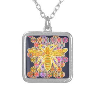 La joya entonó la abeja collar plateado