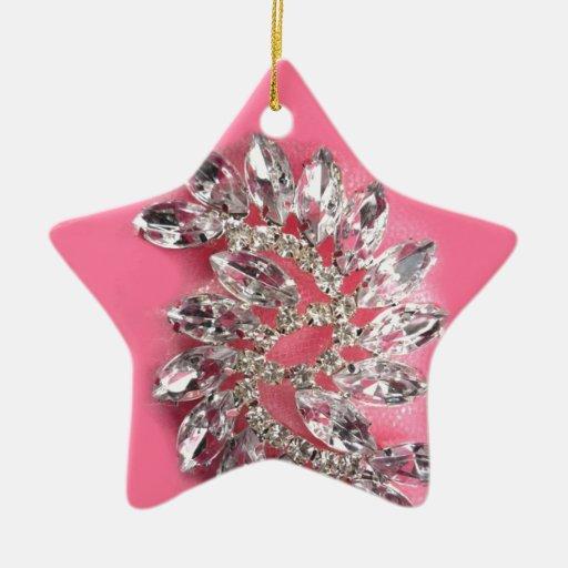 La joya rosada del diamante añade color de la adorno navideño de cerámica en forma de estrella