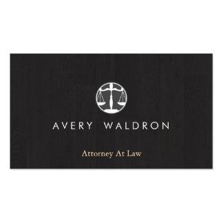 La justicia escala al abogado en la madera negra tarjetas de visita