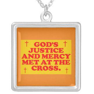 La justicia y la misericordia de dios hechas colgante cuadrado
