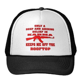 La karma me guarda de tejado con un rifle de gorras