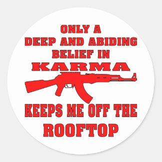 La karma me guarda de tejado con un rifle de pegatina redonda
