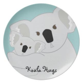 La koala abraza lindo plato de cena