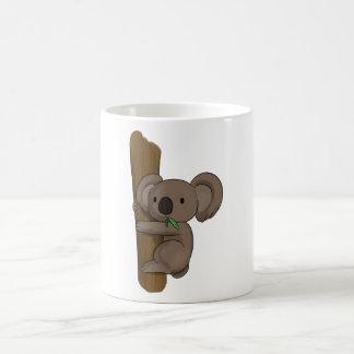 La koala linda del dibujo animado refiere el árbol taza