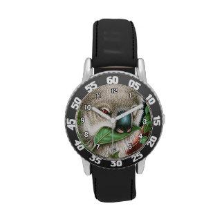 La koala que masca una hoja embroma el reloj