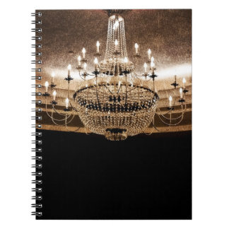 La lámpara cristalina deslumbra el cuaderno atract