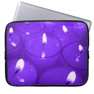 La lavanda mira al trasluz el bolso de la electrón mangas portátiles