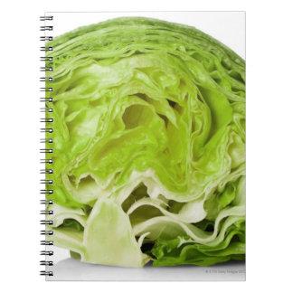 La lechuga de iceberg fresca cortó por la mitad, spiral notebooks