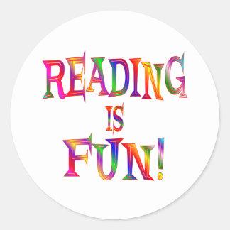 La lectura es diversión pegatina redonda
