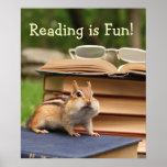 La lectura es poster del Chipmunk de la diversión