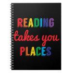 La lectura le toma lugares, ama el leer libro de apuntes