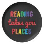 La lectura le toma lugares, ama el leer plato de cena