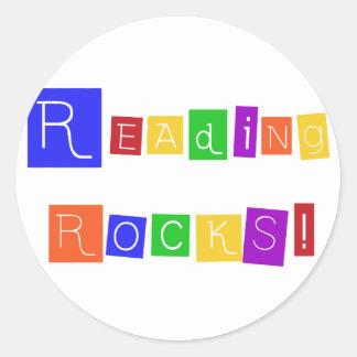 La lectura oscila las camisetas y los regalos etiquetas redondas