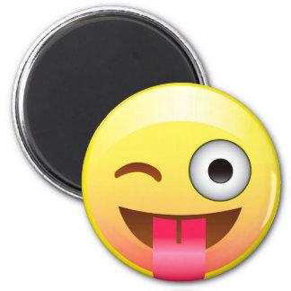 La lengua feliz hacia fuera guiña a Emoji el imán