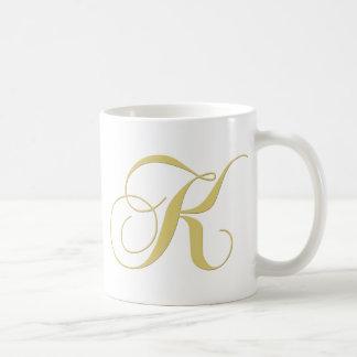 La letra K del monograma de oro escoge Taza