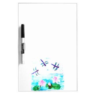La libélula, lirio florece la pintura de la charca pizarra blanca