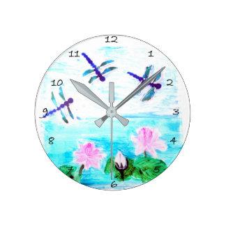 La libélula lirio florece la pintura de la charca reloj