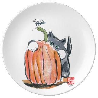 La libélula lleva el gatito a través del remiendo platos de cerámica