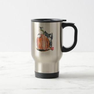 La libélula lleva el gatito a través del remiendo taza de viaje