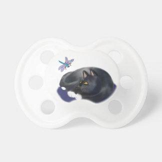 La libélula zumba un gato de reclinación chupetes de bebé