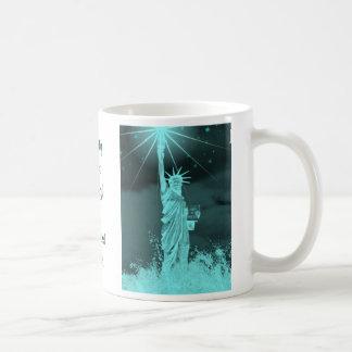 La libertad brilla con la noche más oscura taza clásica