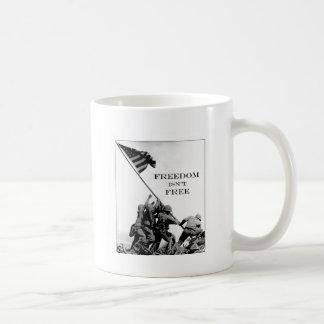 La libertad no está libre taza clásica