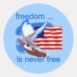 La libertad nunca es camisetas y regalos libres pegatina redonda