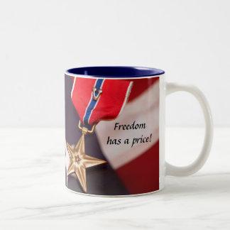 ¡La libertad tiene un precio! Taza De Dos Tonos