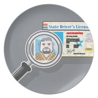 La licencia de conductor debajo de la lupa platos para fiestas