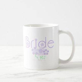 La lila en colores pastel florece a la novia taza básica blanca