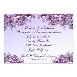 """La lila floral florece la cena del ensayo del boda invitación 5"""" x 7"""""""
