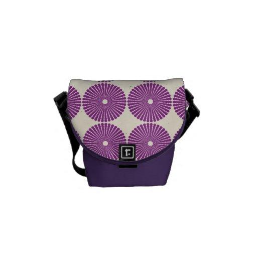 La lila púrpura bonita circunda los botones textur bolsa de mensajeria