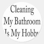 La limpieza de mi cuarto de baño es mi afición pegatina redonda