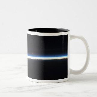 La línea fina de la atmósfera de tierra taza de café de dos colores