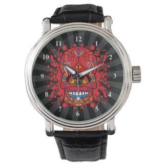 La llama roja del cráneo rojo del azúcar observa reloj de mano